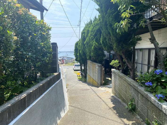 佐島漁港までは歩いて1分。海はすぐそこ。