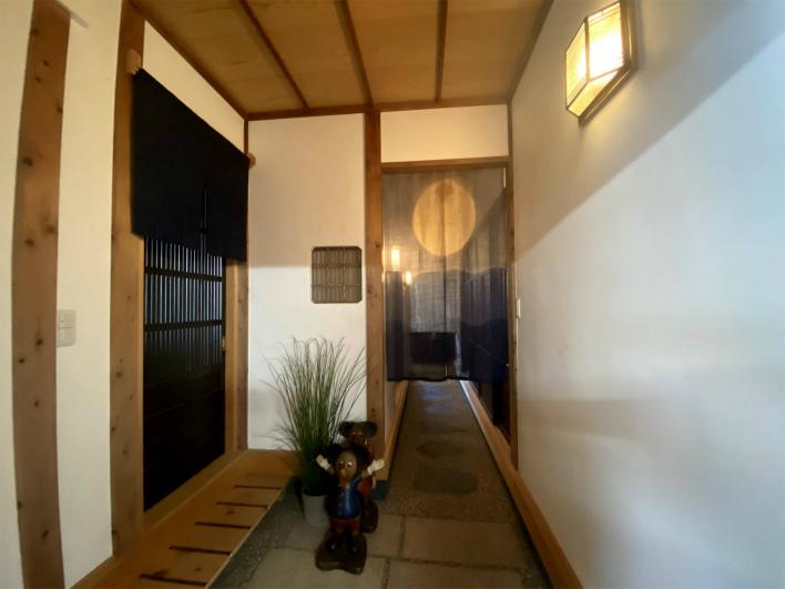玄関。料亭のようなキッチンへ続く土間。