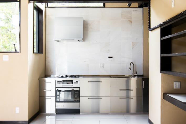 ステンレスのクールなキッチン。電子レンジ機能付きのオーブンを装備。料理も楽しくなりそう!