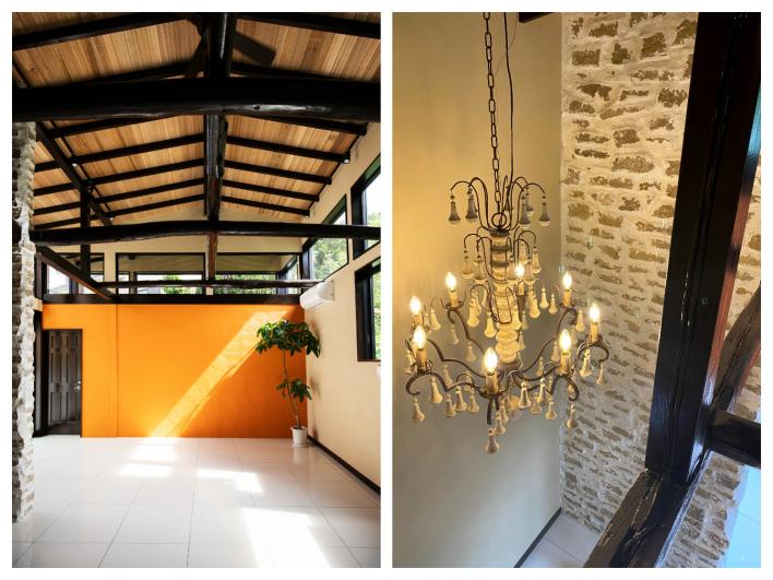 天井高4.5m!家の中でバンザーイしたくなる開放感。天井が高いからこそ似合う、玄関のレンガ×シャンデリアも素敵。