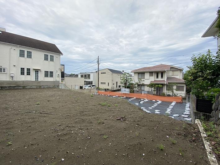 向いの建物の屋根越しに富士山が見えるかも