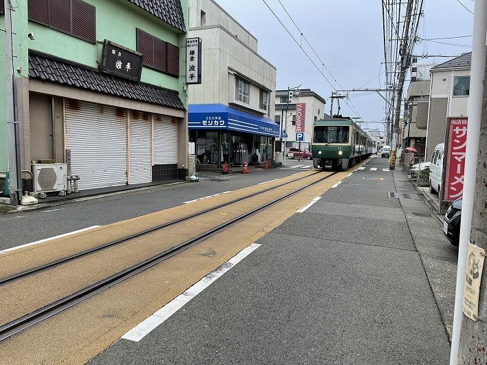 江ノ電がゆっくりと走る腰越商店街。