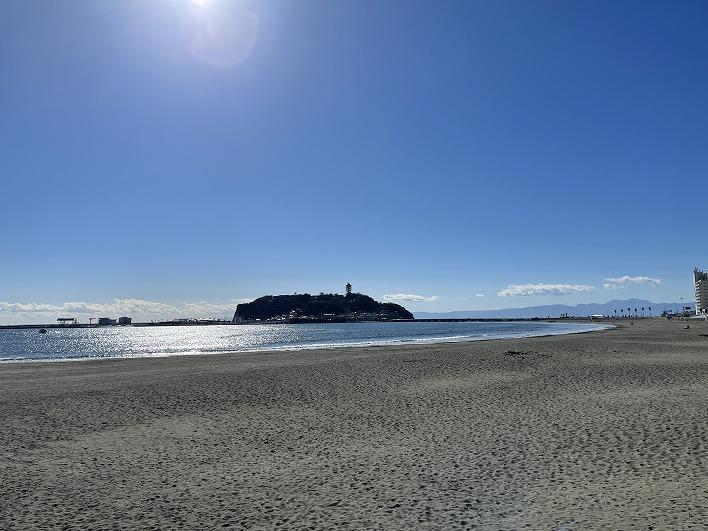 腰越の海までは歩いて4分。毎日の海散歩を楽しんで。