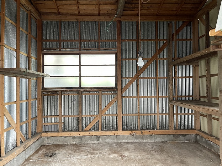 隣には広い収納庫がついてます。