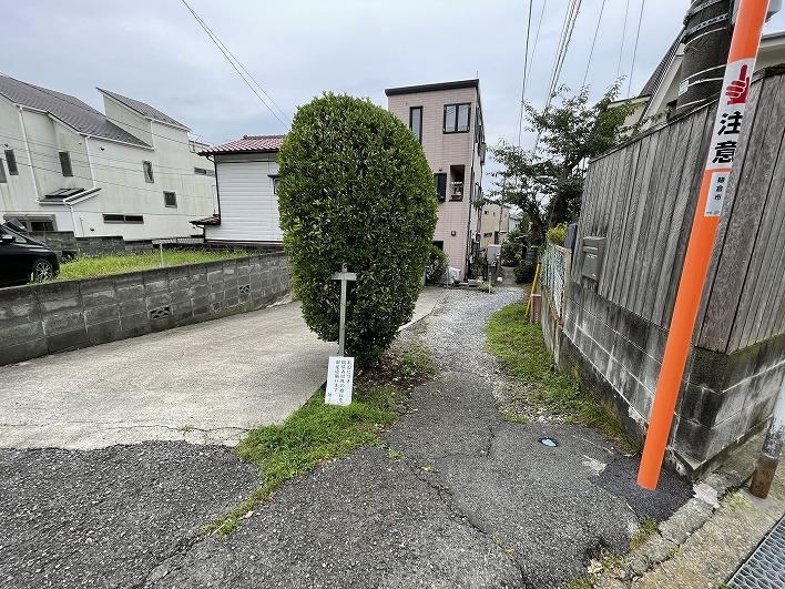 この小道の先なので車は入れません。でもあちこちに月極駐車場あり。