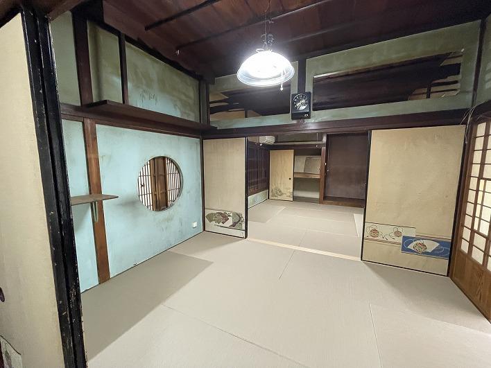 続き間の和室はキレイな和紙畳が。壁を塗装したらみちがえそう!