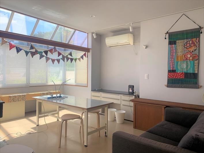 シェアハウスと共用の作業スペース。
