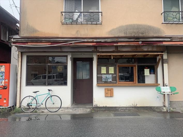斜め向かいには鎌倉一美味しい唐揚げが食べられる「良酒屋」