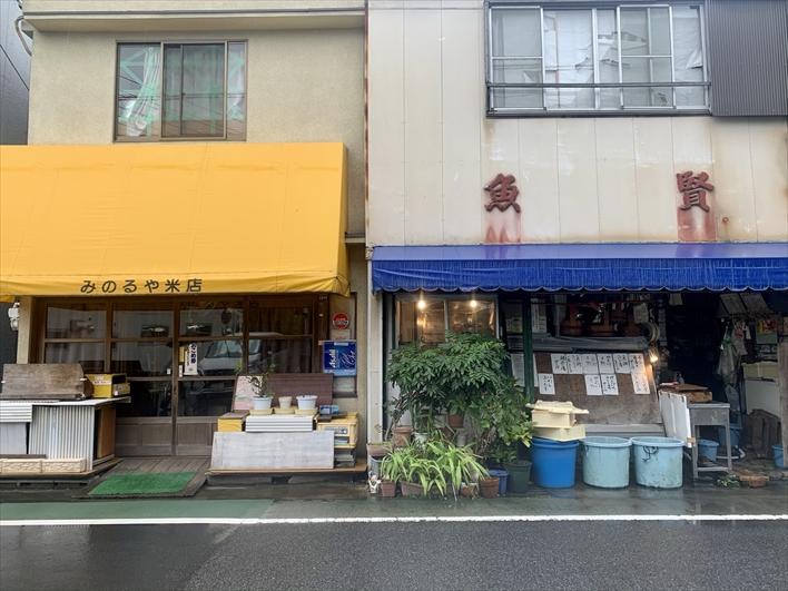 通り沿いには、昔ながらのお米屋さん・魚屋さんも。新旧入り混じったよき商店街です。