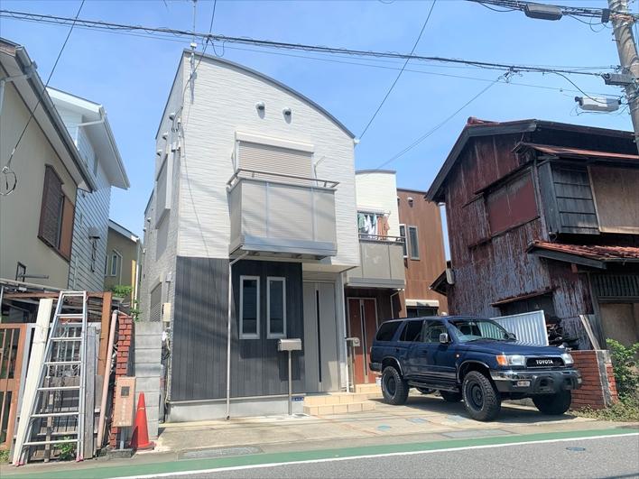 カーブした屋根が印象的な外観。玄関前に車も停められます。