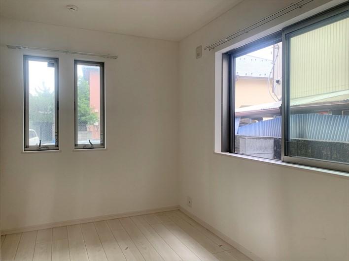 1階玄関側の洋室。ここは子供部屋にしても良いかも。