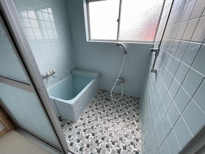 アンティークなタイルが可愛いお風呂。