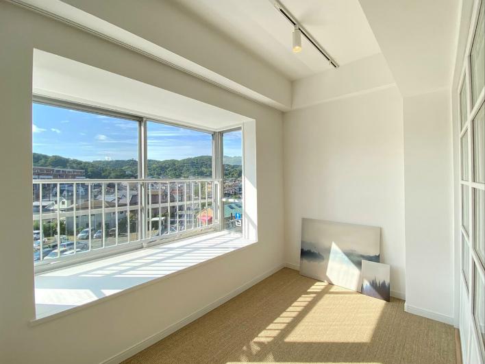 この出窓がいいんです。腰かけにもちょうどいい高さ感。ここで本読むと気持ちがいいです。