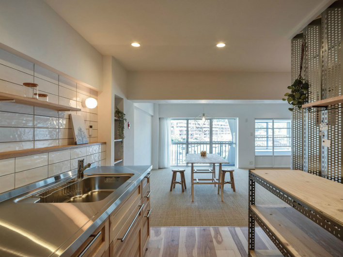 キッチンとリビングのつながり感がいい。床の素材を変えて、ゾーニングされています。