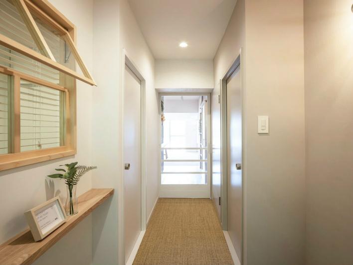 玄関横の洋室には内窓が。可愛いなぁ!