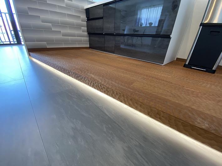 キッチン足元の間接照明が部屋の雰囲気に一役買いますね