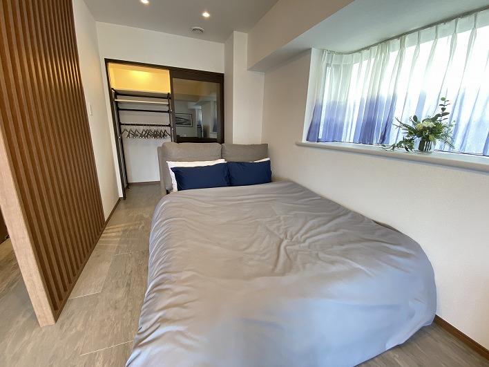 位置的にはリビングの隅にあるベッド。仕切りがないのが嫌な方はご相談下さい。