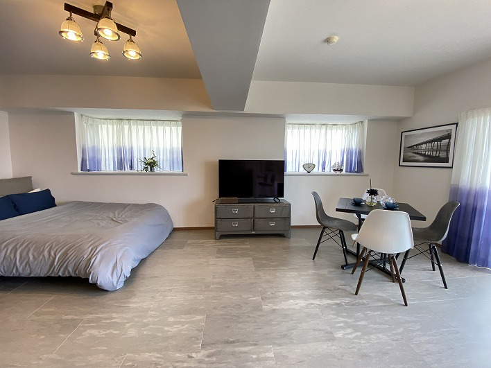 LDKの様子。今っぽく仕切りはなくキッチン、リビング、居室が同じ空間に。広々として使い勝手良し。