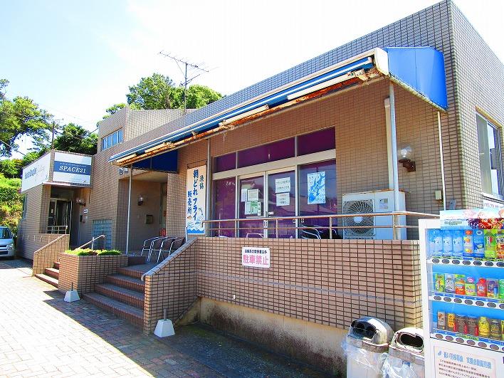 漁港には食堂も併設されており、新鮮な魚料理が食べられます。