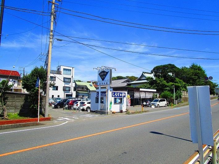 漁港向いには人気のしらす料理の店も。
