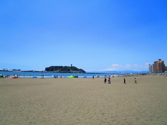 腰越海岸。夏には観光客でにぎわいます。サーフィンも盛ん。