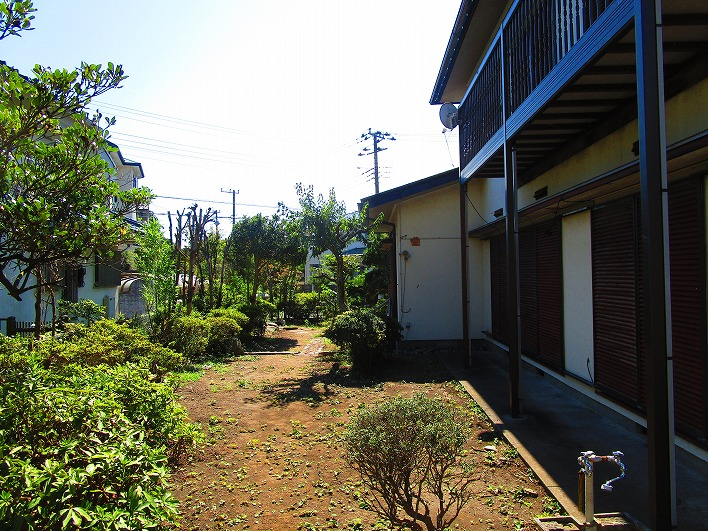 建物の周りはグルっと庭スペース。