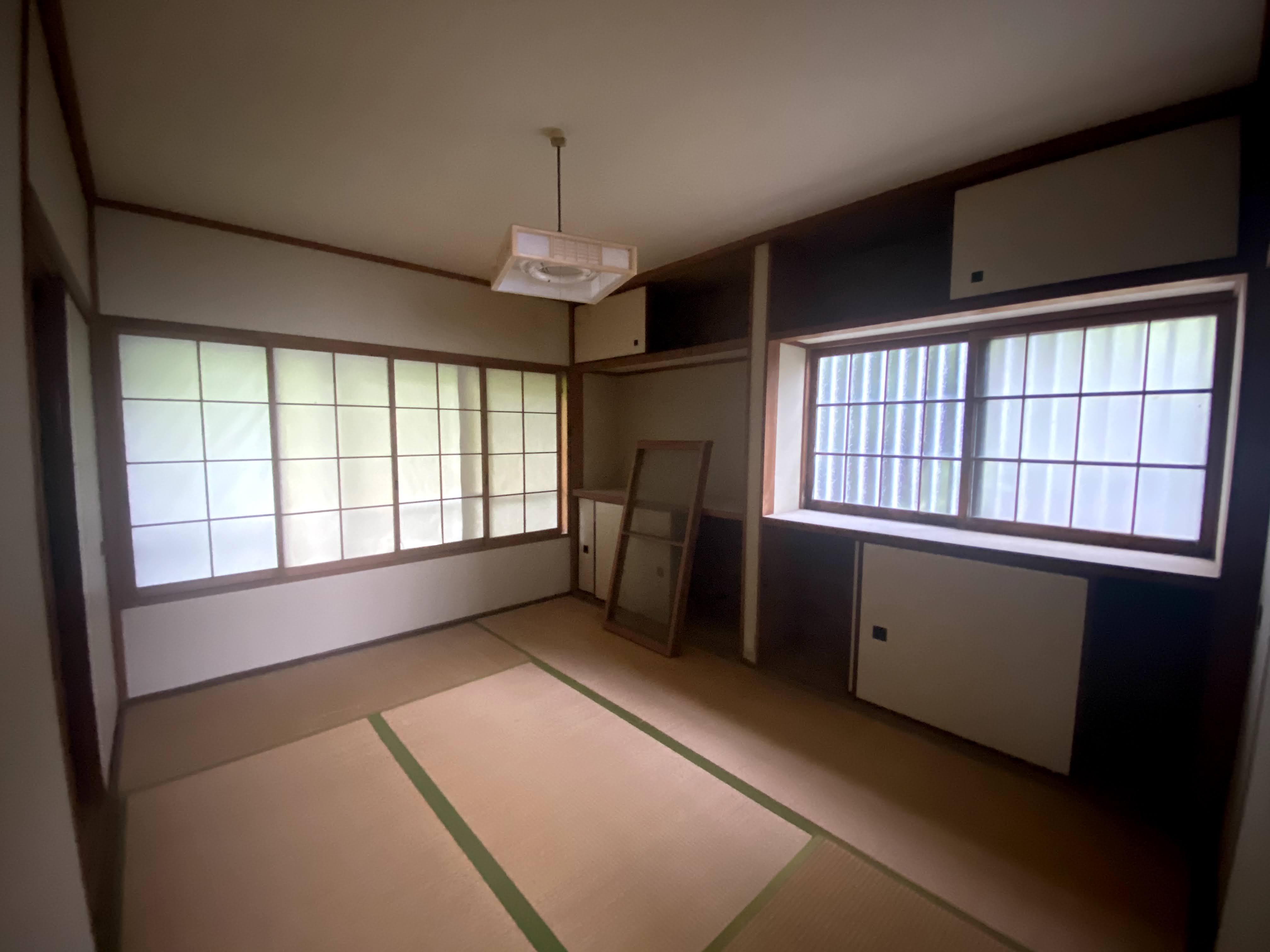 1階の和室。開口部がたくさんあって明るい。