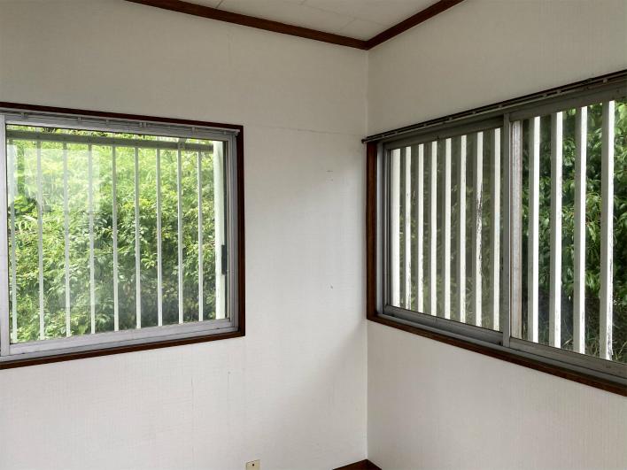 2階の洋室は、振り返るとこの窓。緑しか見えない贅沢。