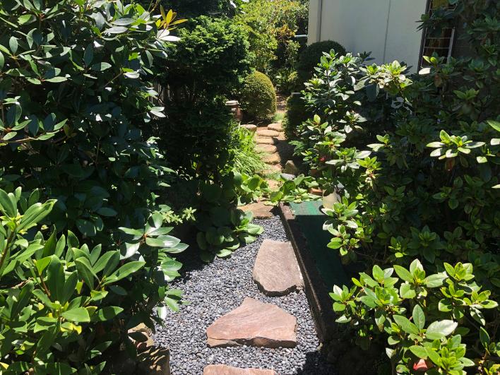 お庭へのアプローチは、こだわりの飛び石。その他、鳥海石や玄昌石、真鶴の石など随所にこだわりが見られます。