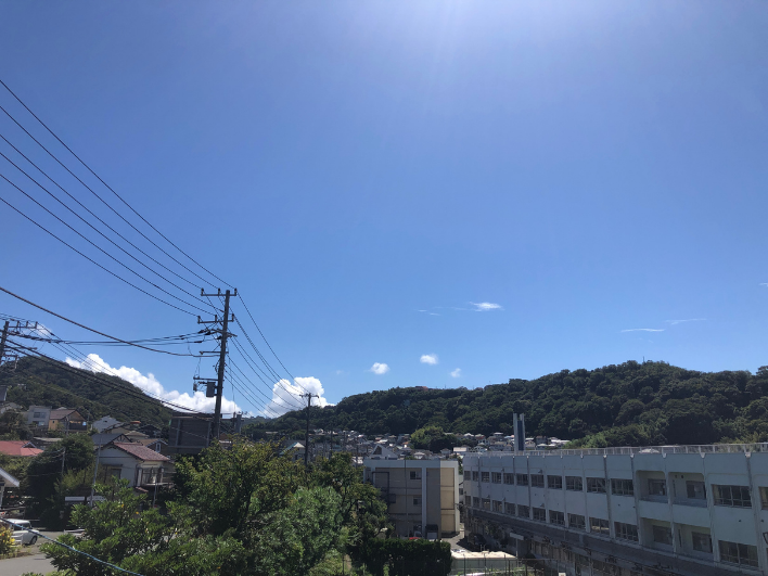 麓の葉山町立一色小学校越しに一色台を望む。見上げる稜線と青空が気持ちいい。
