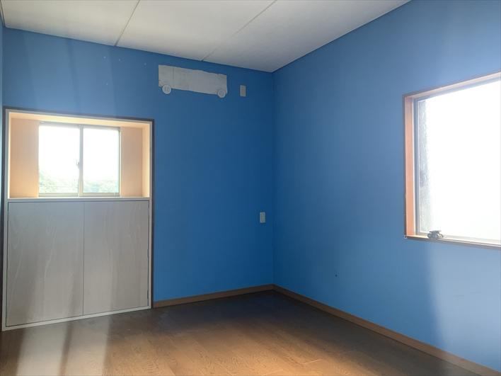 インパクト大のブルーの壁紙!ここは子供部屋かな?DIYで張り替えるのも楽しそう