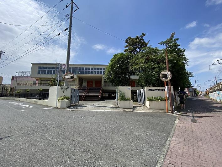 こちらは大磯小学校。歩いて約15分ほど。駅の近くです。