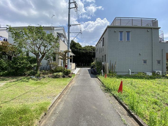前面道路と敷地の関係。広くはないですが車通りはとても少ないので安心です。