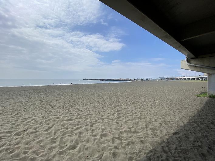 約2.1㎞の大磯海岸。サーフィンする人は自転車ですぐ。マルシェも人気です。