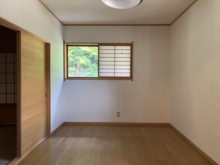 2階洋室。もちろんこの窓からも緑!