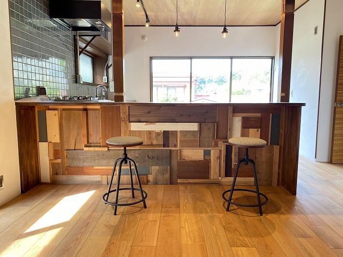 モザイク柄に仕上げたキッチンカウンター。ここで食事もできるし、広いから作業もはかどりそう。