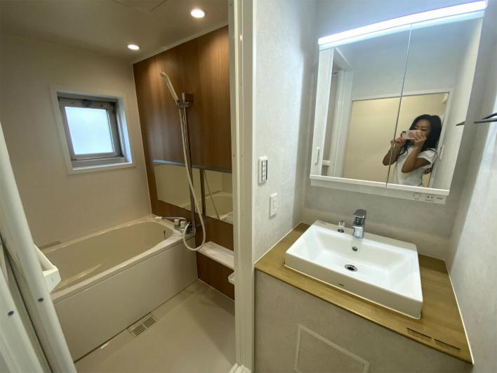 お風呂と洗面所。お風呂に窓がついてて、いい!!