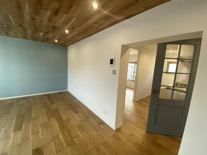 ブルーグレーの扉と、水色の壁に胸キュン。天井もいい感じ!