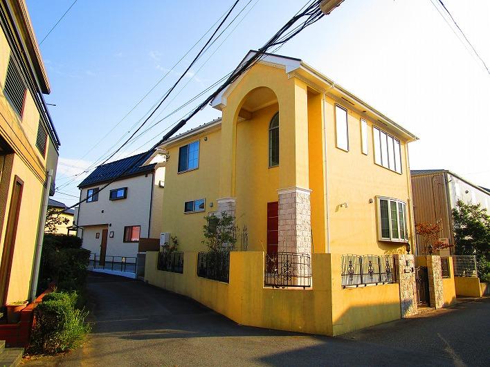 特徴のある色の家。我が家って感じ。