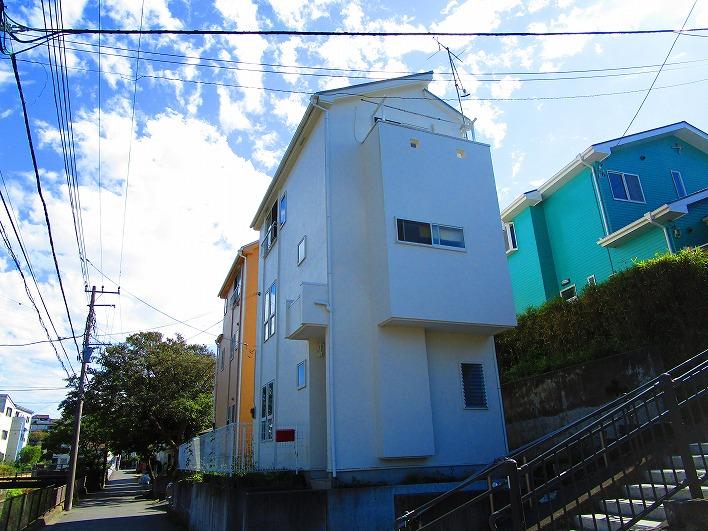 葉山、下山川沿いのノッポな3階建て。