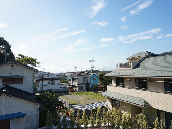 現地からの眺望。2階相当からは海と天気がよければ富士山と江ノ島が見えます。
