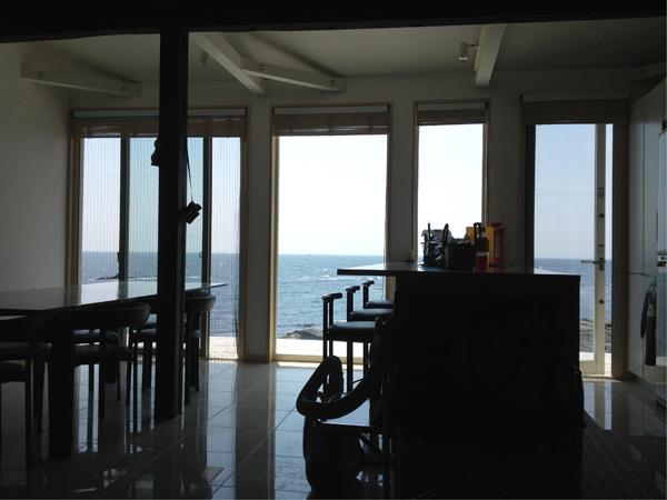 リビングからの眺め。ここからずっと海を眺めていられる自信があります。