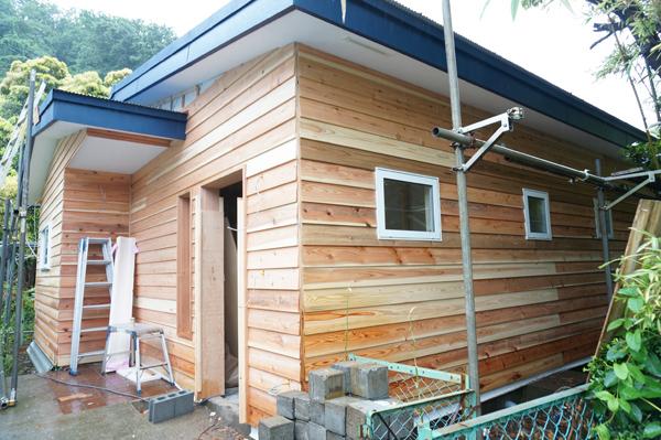 FLAT HOUSEの外壁は木貼り1